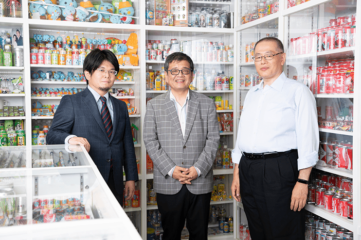 左から、森永康平さん、森永卓郎さん、井上純一さん
